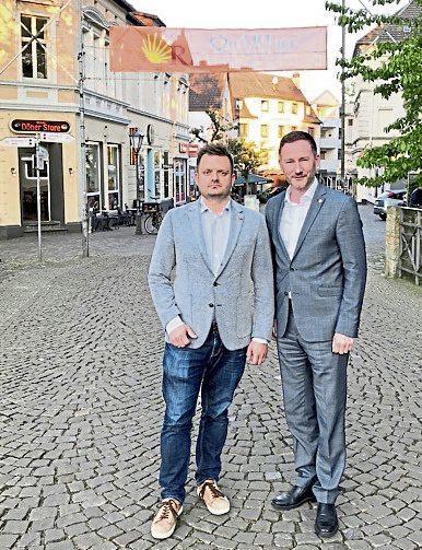 Die Massenschlägerei vom 24. Mai in der Steinstraße sorgt für Gesprächsstoff. Michael Schönbeck (CDU, links) und Stephen Paul(MdL/FDP) wollen wissen, ob der Konflikt von rivalisierenden Großfamilien aus dem Ausland auf Herfords Straßen ausgetragen worden