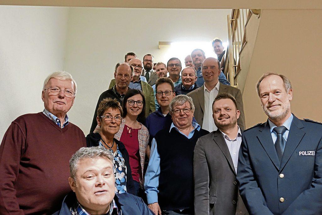Gastgeber und Gäste: Polizeidirektor Dirk Zühlke (rechts) mit dem stellvertretenden Landrat Friedel Möhle (links), Fraktionsvorsitzendem Michael Schönbeck (2. von rechts) und Mitgliedern der Kreistagsfraktion sowie Beamten der Kreispolizeibehörde Herford.