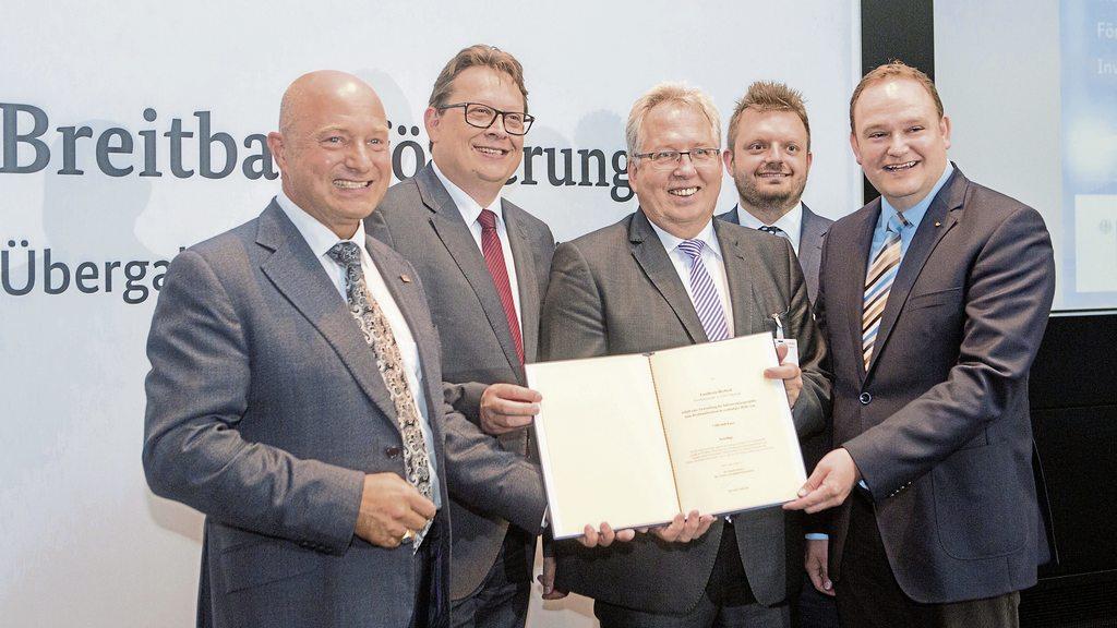 Freuen sich auf schnelles Internet: (von links) Rainer Bomba (Staatssekretär im BMVI), Stefan Schwartze, Landrat Jürgen Müller, Michael Schönbeck (CDU-Kreistagsfraktion) und Tim Ostermann.