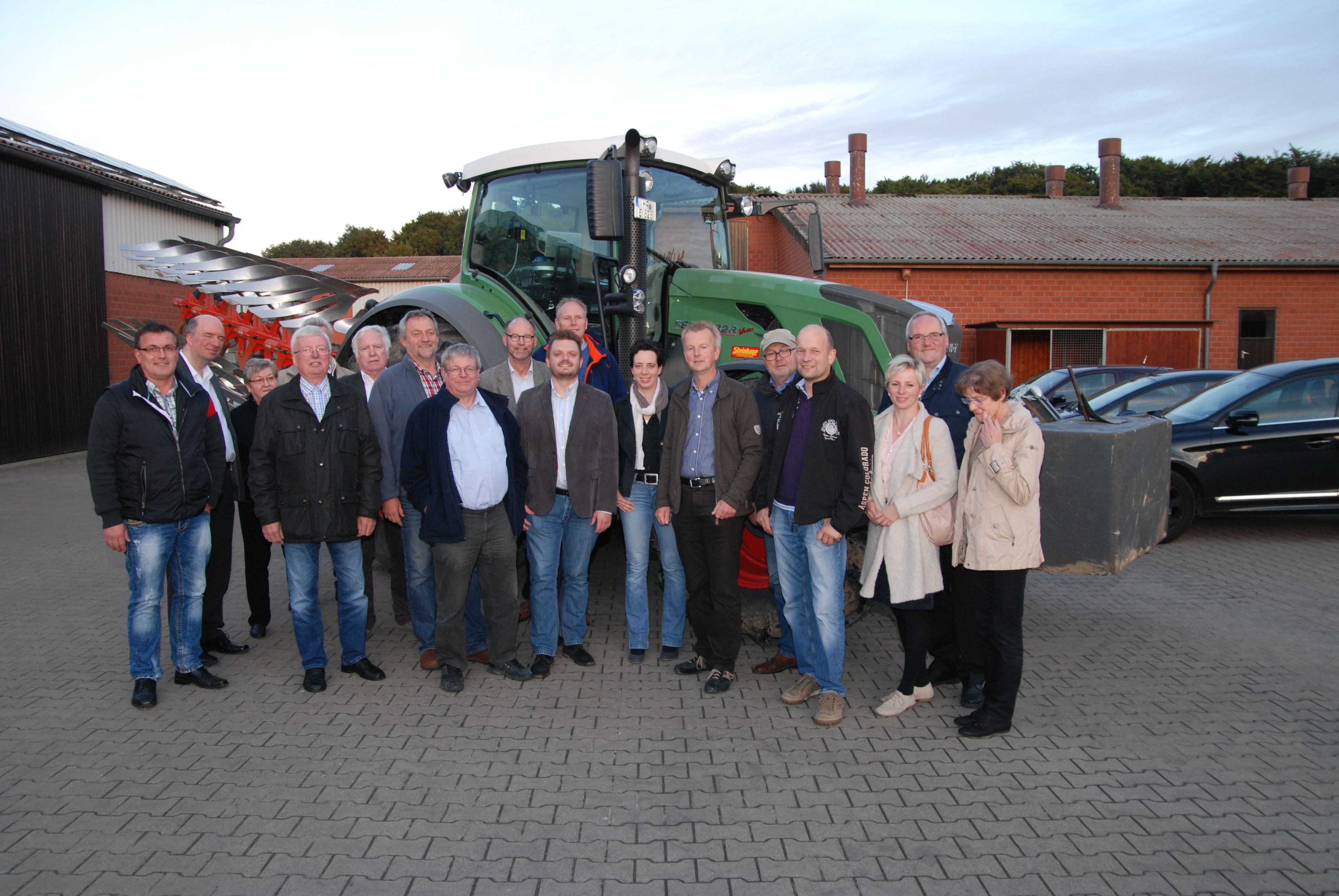 Besucher auf dem Bauernhof: Rainer Bohnenkamp (4.V.R.) begrüßt in Begleitung vom Vorsitzenden des Landwirtschaftlichen Kreisverbandes Herford-Bielefeld, Hermann Dedert und seine Stellvertreterin Friederike Detering (6 und 7.V.R.) die CDU-Fraktion unter Le