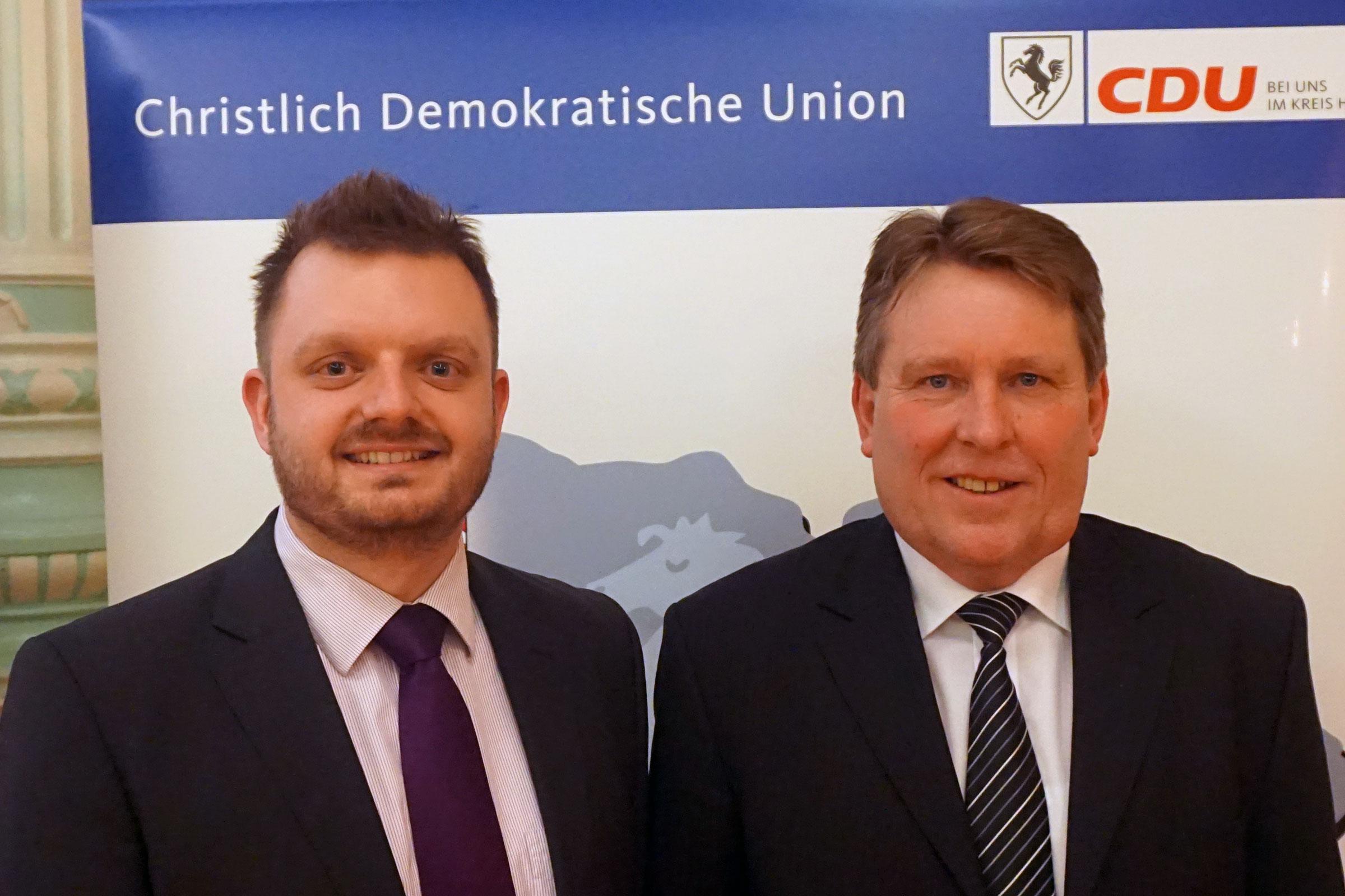 Fraktionsvorsitzender Michael Schönbeck (links), gratuliert dem parteilosen Landratskandidaten Bernd Stute zur Nominierung